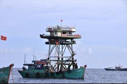 Tàu Hải quân cứu 11 ngư dân bị nạn trên biển