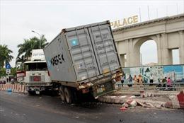 Xe container tông nát dải phân cách đường dẫn cầu Phú Mỹ