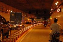 Xe tải chở bia lật trong hầm Thủ Thiêm