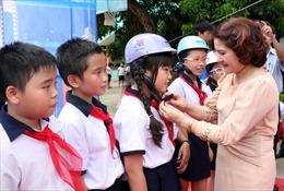 Tăng cường thực hiện quy định đội mũ bảo hiểm cho trẻ
