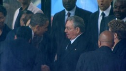 Cử chỉ đẹp của lãnh đạo Cuba và Mỹ trong lễ tang ông Nelson Mandela