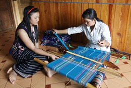 Bảo tồn trang phục dân tộc truyền thống - Bài cuối: Bảo tồn bằng nhiều cách