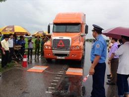 Lao xe tải vào trạm cân để phá hoại
