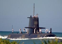 Tàu ngầm HMAS Waller của Australia bốc cháy