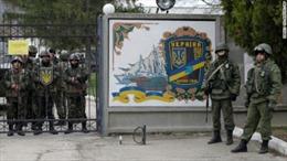 Các tay súng chiếm căn cứ không quân Ukraine tại Crimea