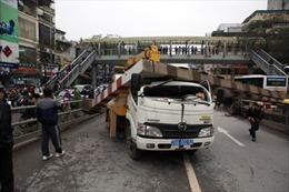 Xe cẩu kéo sập barrie cầu vượt Tây Sơn-Chùa Bộc