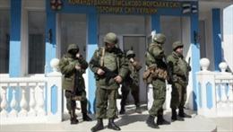 Binh sĩ Nga bao vây căn cứ không quân Ukraine tại Crimea