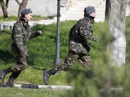Ukraine chỉ thị rút quân khỏi Crimea