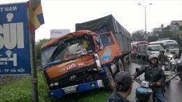 Tài xế ngủ gật, xe container lao xuống vệ đường