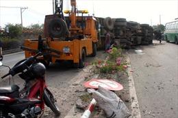 Xe tải chở gỗ lật nhào trên quốc lộ 1