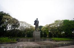 Đặt hoa tưởng niệm tại Tượng đài Lênin