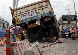 Xe tải tông nát dải phân cách