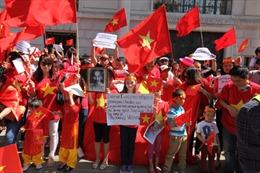 Người Việt tại Anh biểu tình phản đối Trung Quốc