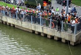 Hàng trăm người dân theo dõi tìm kiếm người nhảy cầu tự tử
