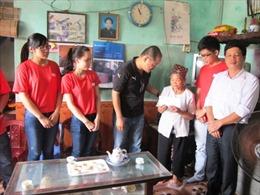 Thanh niên báo Tin Tức tặng quà gia đình liệt sĩ Nguyễn Văn Năng