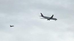 Chiến đấu cơ Anh hộ tống máy bay chở khách nghi có bom