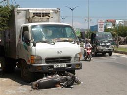 Xe tải lao vào lề đường, gây tai nạn