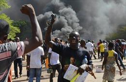 Burkina Faso: Người biểu tình phóng hỏa tấn công nhà quốc hội