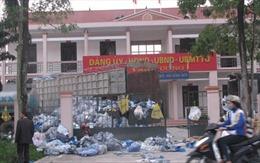 Thái Nguyên: Dân đổ rác thải chất đống trụ sở Ủy ban xã
