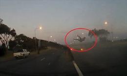 Không thắt đai an toàn, tài xế bay khỏi xe