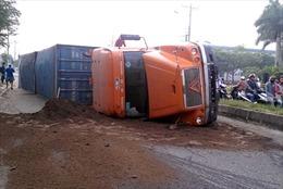Nổ lốp, xe container lật ngang đường