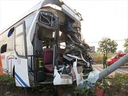 Xe giường nằm và xe tải đâm nhau, hàng chục người bị thương