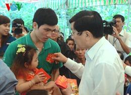 Chủ tịch nước thăm công nhân ăn Tết xa nhà