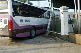 Xe khách mất lái, tông sập tường rào