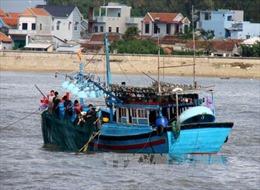 Cứu 9 thuyền viên mắc kẹt ở vịnh Vân Phong