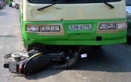 Vượt đèn đỏ, bị xe buýt tông trọng thương
