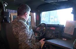 Tổng thống Ukraine lái thử xe bọc thép Humvee