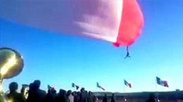 Binh sĩ bị thổi bay trong lễ thượng cờ