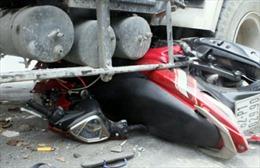 Xe bồn cuốn xe máy vào gầm, hai thanh niên thoát chết