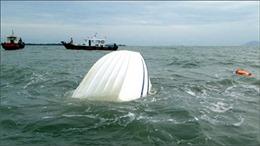 Gió lốc làm lật bè, 5 ngư dân được cứu thoát