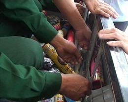Bắt đối tượng vận chuyển hơn 100 kg pháo hoa lậu từ Lào