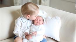 Hoàng tử George đáng yêu ôm hôn em gái mới sinh
