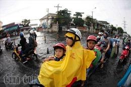 Sau mưa lớn, đường Sài Gòn ngập sâu, giao thông hỗn loạn