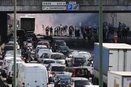 Lái xe taxi Pháp phong tỏa giao thông phản đối Uber