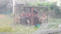 Lính Ukraine bị nhốt trong lồng sắt vì tội say xỉn