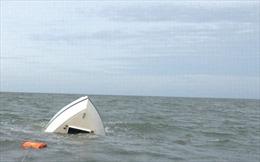 Gió lốc đánh chìm tàu cá, 8 ngư dân được cứu thoát