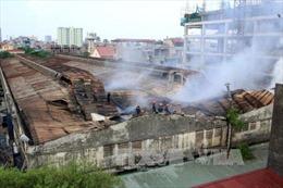 Cháy lớn tại nhà kho xưởng sản xuất ô tô Hòa Bình