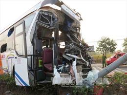 Ô tô 16 chỗ húc đuôi xe khách, nhiều người thoát nạn