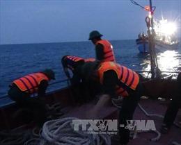 Cứu 13 ngư dân bị nạn trên biển