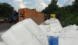 Lật xe container, hơn 30 tấn bột mì văng xuống đường