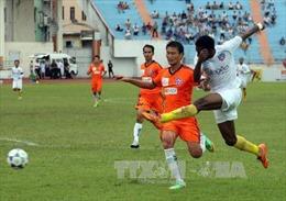 """QNK Quảng Nam đánh bại """"anh em"""" SHB Đà Nẵng 2-1"""