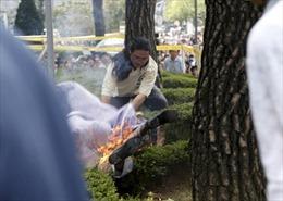 Một người Hàn Quốc tự thiêu trước Đại sứ quán Nhật Bản