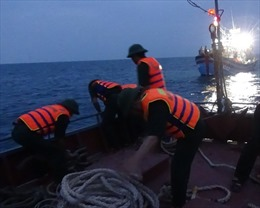 Tìm kiếm tàu cá Bình Định trôi dạt trên biển