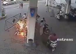 Xe bốc cháy vì dùng điện thoại lúc đổ xăng