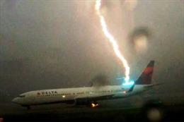 Khoảnh khắc sét đánh trúng máy bay chở khách Mỹ