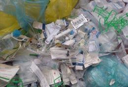Suối nội ô Biên Hòa ngập chất thải y tế